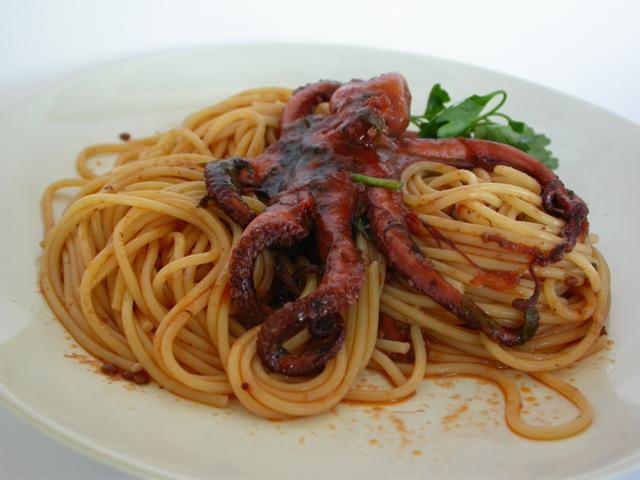 Spaghetti con polpo alla luciana