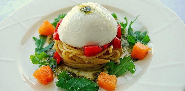 Spaghetti di Gragnano con cupola di mozzarella di bufala campana DOP