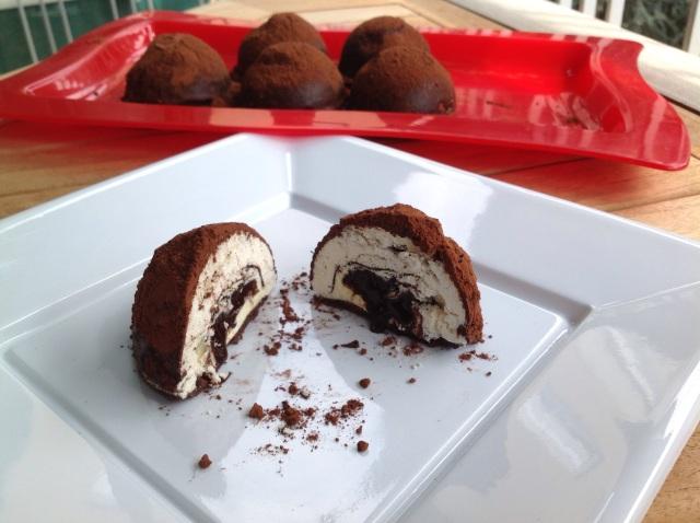 Meringa farcita con cuore morbido cioccolato e caffè