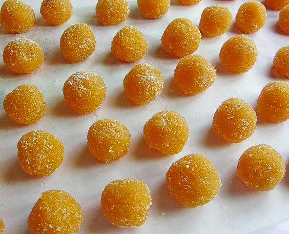 Vi siete mai chiesti Come usare le bucce di arancia? Eccovi un modo molto particolare ed interessante: trasformarle in squisiti dolcetti al sapore di arancia candita