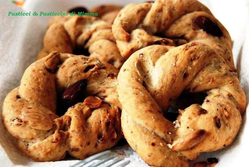 Taralli n'zogna e pepe (taralli strutto pepe e mandorle)
