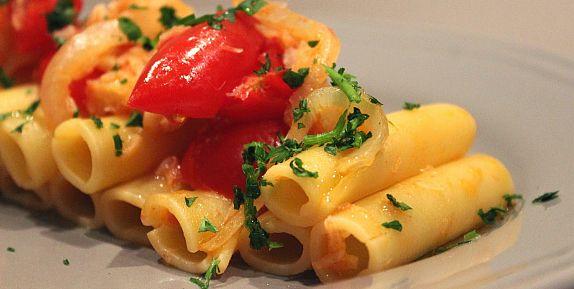 Candele con pomodorini, cipolla e baccalà