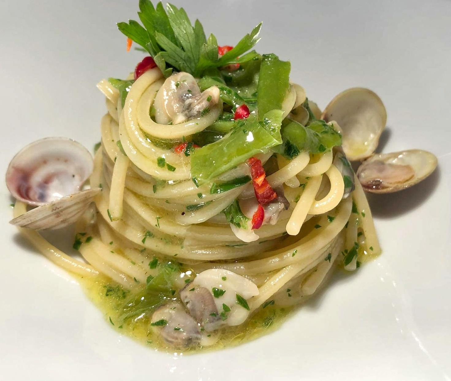 Spaghetti, lupini e peperoncini verdi